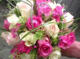 biedermeier-bruidsboeket-met-verschillende-rozen