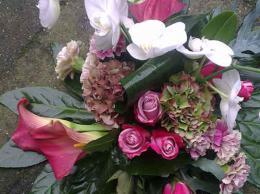 ellen-deelen-natuurlijke-bloem-creaties-graftoef-rose-roos-rose-calla-en-witte-phalaenopsis