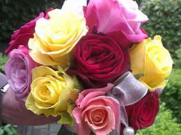 ellen-deelen-natuurlijke-bloem-creaties-bruidsboeket-van-gekleurde-rozen-en-lint