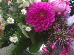 Ellen Deelen natuurlijke Bloem - creaties vrolijk boeket gemaakt van seizoensbloemen vanaf €15,00 ex.vaas_451x800