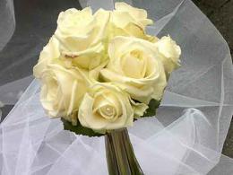 ellen-deelen-natuurlijke-bloem-creaties-bruidsboeket-avalanche-rozen-en-beargrass