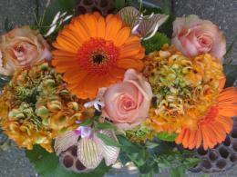 Ellen Deelen natuurlijke Bloem - creaties vrolijk langwerpig bloemstukje (ook in andere kleuren te maken) vanaf €12.50_800x451