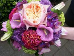 bruidsboeket biedermeier met rosa romantica vuvuzela als middelpunt