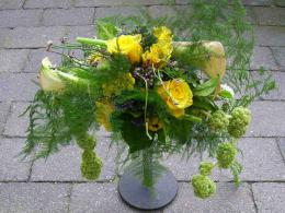 ellen-deelen-natuurlijke-bloem-creaties-afhangend-bruidsboeket-met-gele-roosjes-en-calla