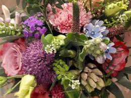 ellen-deelen-natuurlijke-bloem-creaties-vrolijk-bruidsboeket