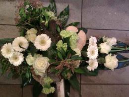 ellen-deelen-natuurlijke-bloem-creaties-graftoef-witte-roos-en-natuurlijke-materialen