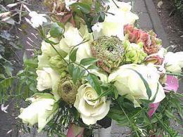 ellen-deelen-natuurlijke-bloem-creaties-bruidsboeket-biedermeier-met-witte-roos-roze-anemoon-en-jasmijn