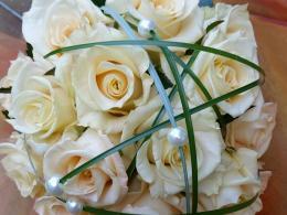 biedermeier bruidboeket met zalmrozen en beargrass