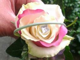 corsage-behorend-bij-bruidsboeket-met-diverse-rozen