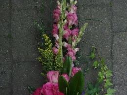 Ellen Deelen natuurlijke bloem-creaties graftoef roze en natuurlijke materialen