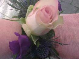 ellen-deelen-natuurlijke-bloem-creaties-eenvoudige-polscorsage