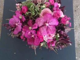 ellen-deelen-natuurlijke-bloem-creaties-laag-tafelstuk-paars