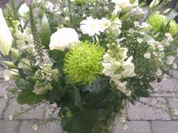 Ellen Deelen natuurlijke Bloem -- creaties tonend wit boeket gemaakt van seizoensbloemen ex. vaas vanaf €22.50_449x800