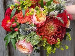 ellen-deelen-natuurlijke-bloem-creaties-bruidsboeket-met-vuvuzela-roos