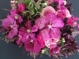Ellen Deelen natuurlijke Bloiem-creaties bloemstuk met Vanda orchidee vanaf € 25,00