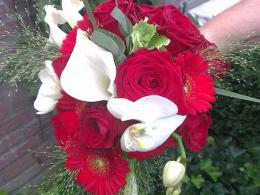 ellen-deelen-natuurlijke-bloem-creaties-bruidsboeket-rood-wit