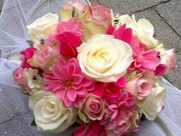 ellen-deelen-natuurlijke-bloem-creaties-bruidsboeket-biedermeier-met-cyclaam-en-dahlia